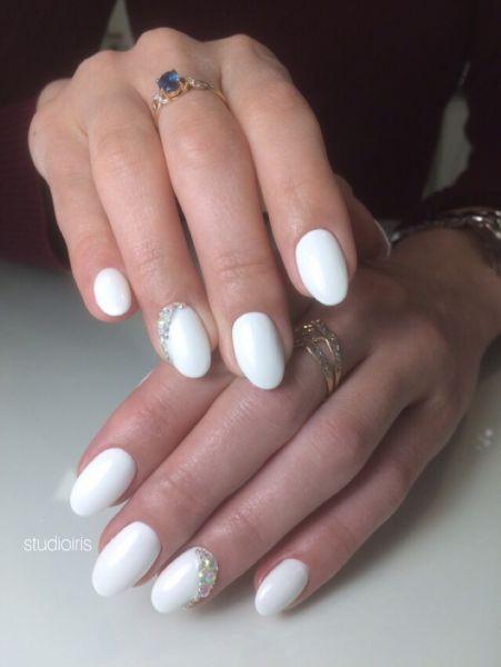 Белый со стразами дизайн ногтей